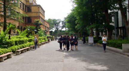 正門への道