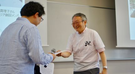 吉田先生のサインをプレゼント